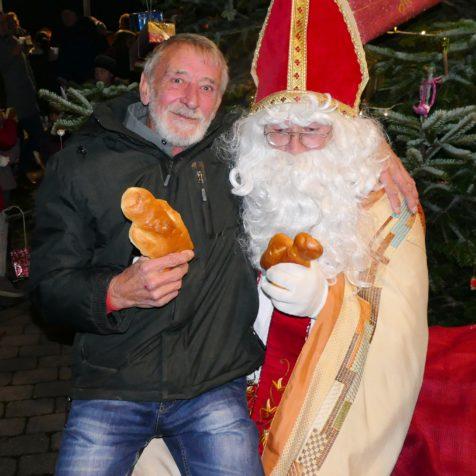 Nikolaus beim Weihnachtsbaum aufstellen in Würm